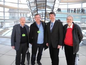 SPD-Bundestagsabgeordneter Michael Thews (3. von links) begrüßte unter der Kuppel des Reichstagsgebäudes von der Arbeitsgemeinschaft für Arbeitnehmerfragen (AfA) in der Lüner SPD Thomas Klüh, Udo Kath und Paul Naumann (v. l.)