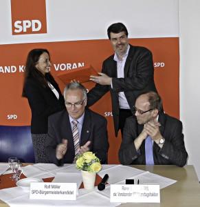 Über das Schrauberset als Gastgeschenk freute sich nicht nur Yasmin Fahimi (links) sondern auch Michael Thews, Rolf Möller und Rainer Schmeltzer Foto Kath