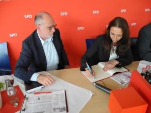 AfA-Vorsitzender,  Hans-Georg Fohrmeister, sorgte für die Eintragung von Yasmin Fahimi in das Lüner SPD-Gästebuch