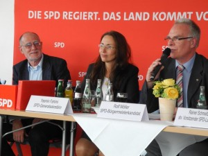Rolf Möller (links) moderierte die Diskussion mit Yasmin Fahimi (Mitte). AfA-Stadtverbandsvorsitzender, Hans-Georg Fohrmeister (links) hatte zur Arbeitnehmerkonferenz eingeladen.